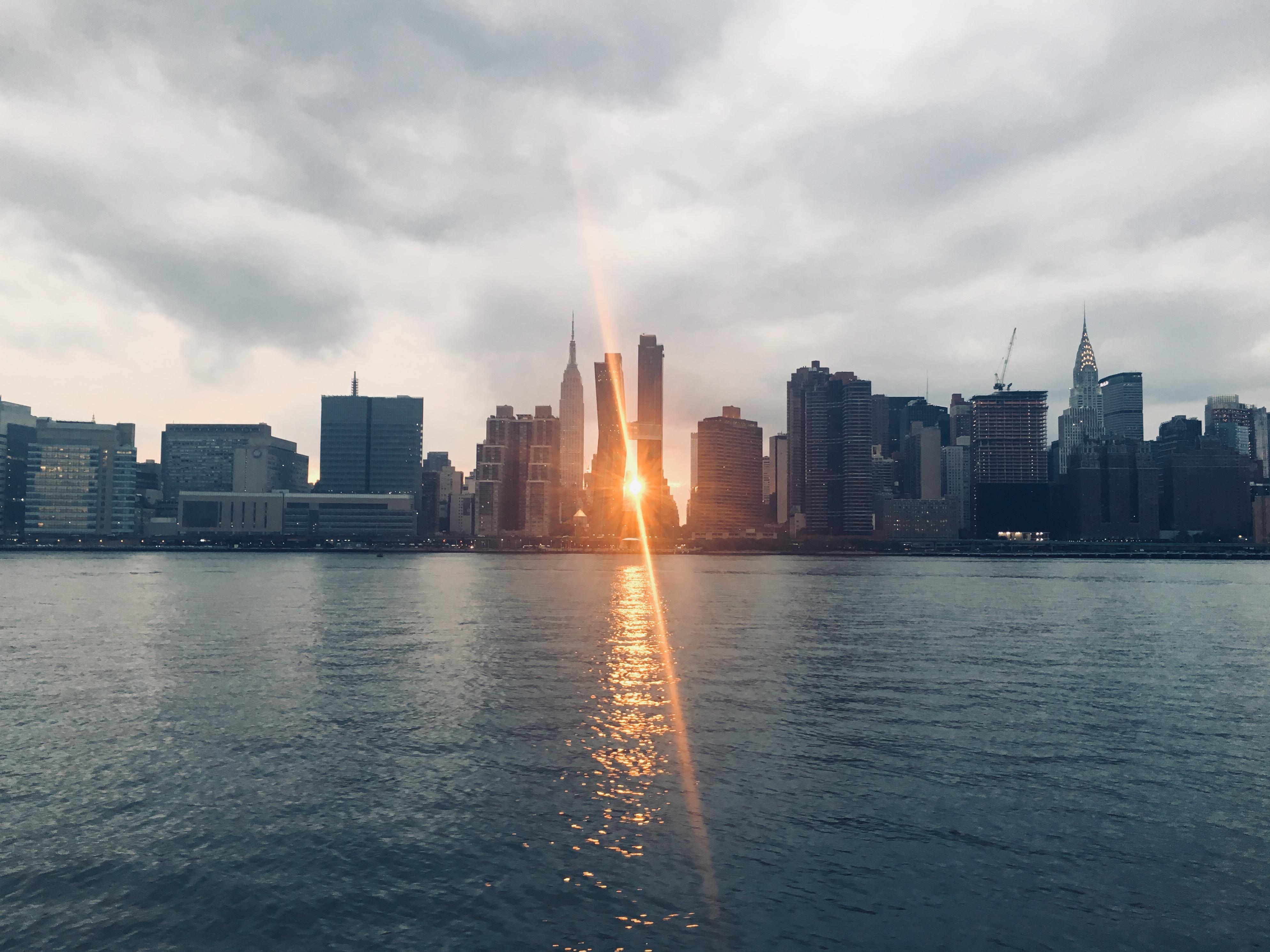 Sol entre rascacielos